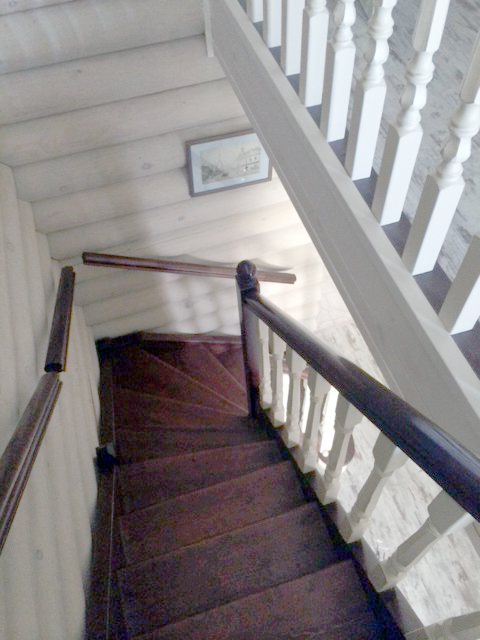 Деревянная лестница на косоуре с поворотом на 180 градусов с забежными ступенями