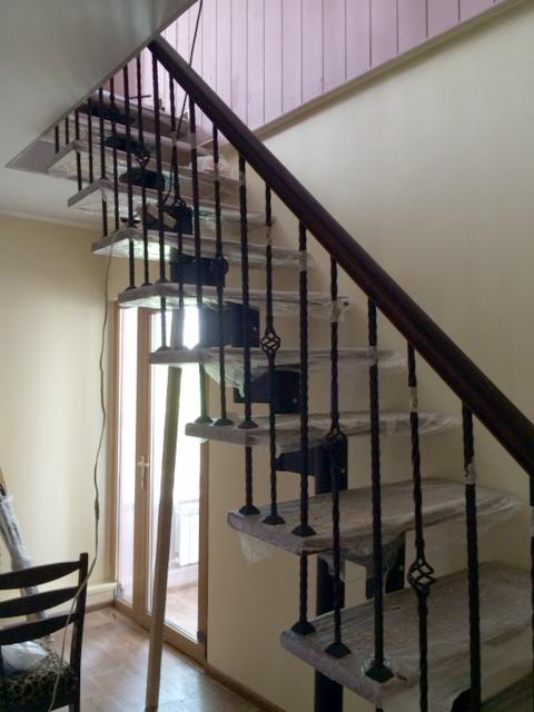 Модульная лестница с кованными балясинами